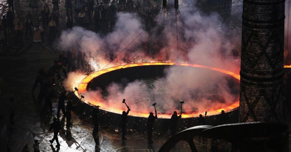 Artistas representam Revolução Industrial inglesa durante cerimônia de abertura dos Jogos Olímpicos