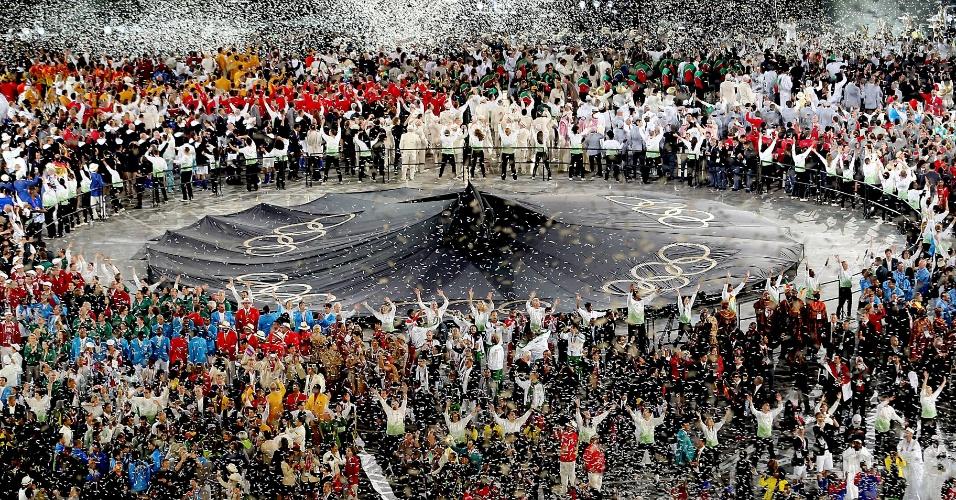 Atletas olímpicos acenam ao final da cerimônia de abertura dos Jogos Olímpicos de Londres