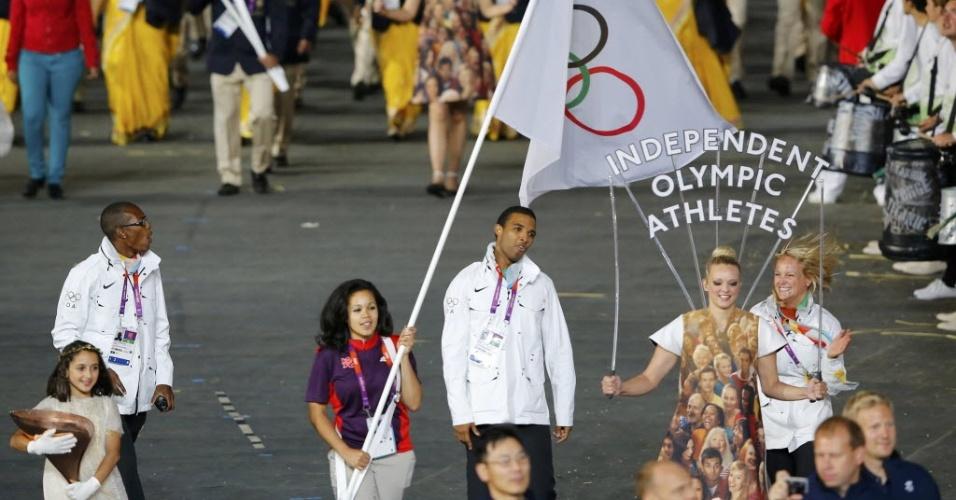 Atletas que não disputaram medalhas por nenhuma nação desfilam na cerimônia de abertura dos Jogos