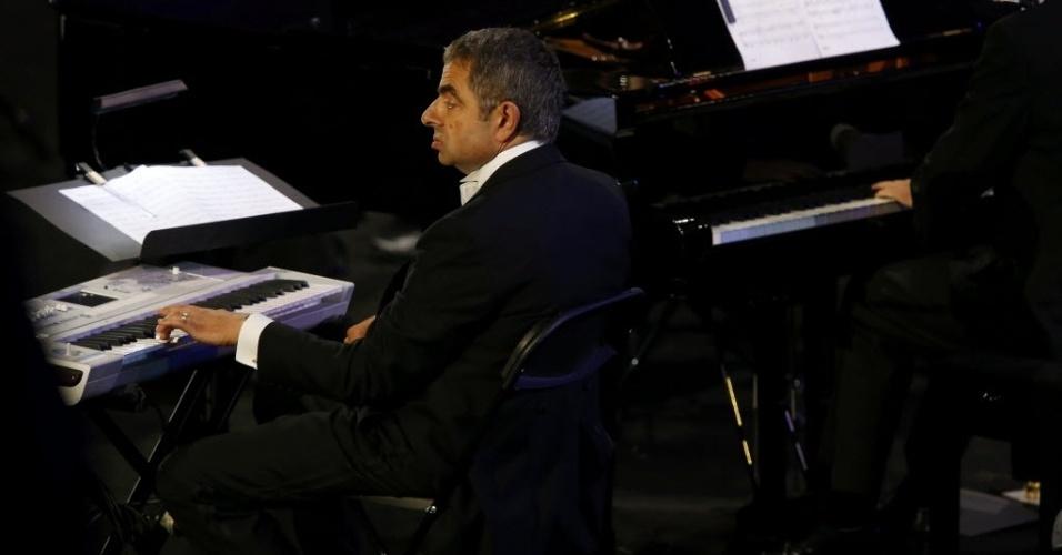 Ator inglês, Rowan Atkinson, no papel do popular personagem inglês, Mr. Bean, toca Carruagem de Fogo com a Orquestra Sinfônica de Londres