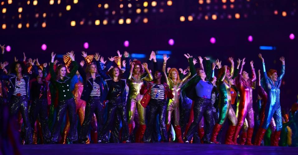 Dançarinos realizam coreografia ao som do rock inglês durante cerimônia de abertura