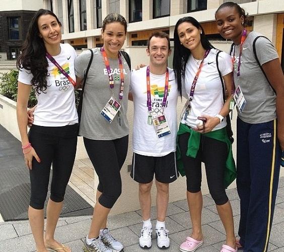 Diego Hypolito fica pequeno entre as gigantes Sheilla, Tandara, Jaqueline e Fabiana da seleção feminina de vôlei