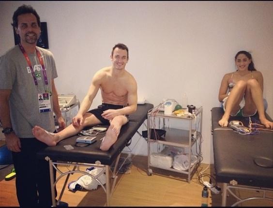 Diego Hypólito tira foto da sala de fisioterapia ao lado de Daynara de Paula, atleta da equipe de natação