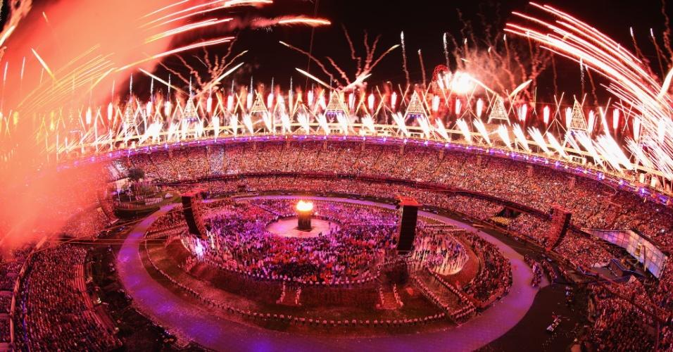 Fogos de artifício iluminam céu de Londres após atletas britânicos acenderem pira olímpica
