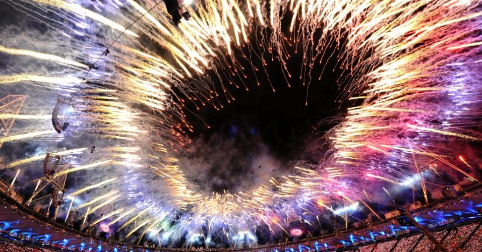 Fogos de artifício iluminam Estádio Olímpico de Londres após rainha Elizabeth II declarar a abertura dos Jogos