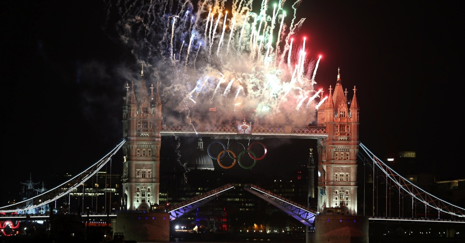 Fogos de artifício na Torre de Londres durante passagem da tocha olímpica em direção ao Estádio Olímpico