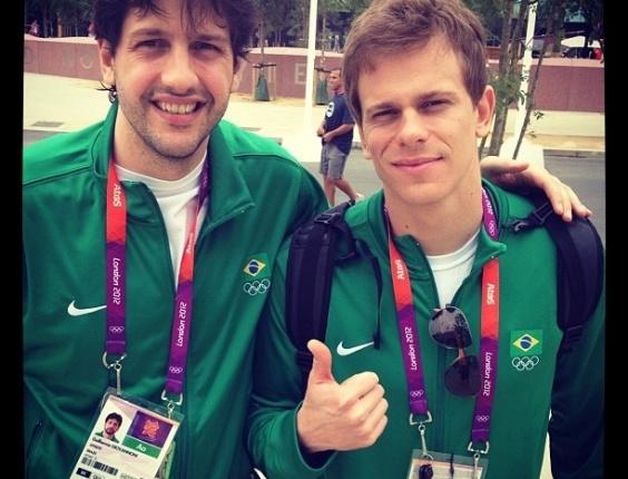 Guilherme Giovannoni, jogador da equipe brasileira de basquete masculino tira foto ao lado do campeão olímpico e mundial dos 50m livre, César Cielo