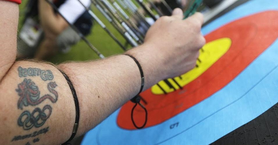 Homenagem ao Reino Unido e às Olimpíadas está registrada no braço do arqueiro Laurence Godfrey