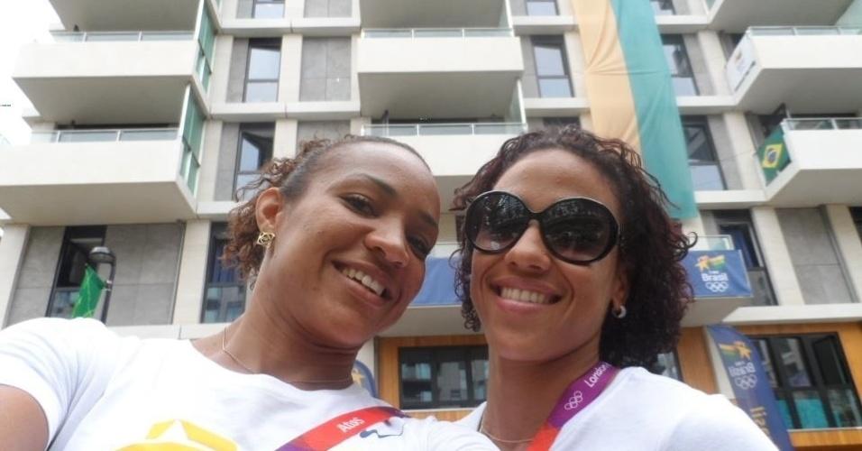 Keila Costa, saltadora da equipe brasileira, tira foto junto com Aline Leone, em frente ao prédio aonde ficam os atletas brasileiros na Vila Olímpica