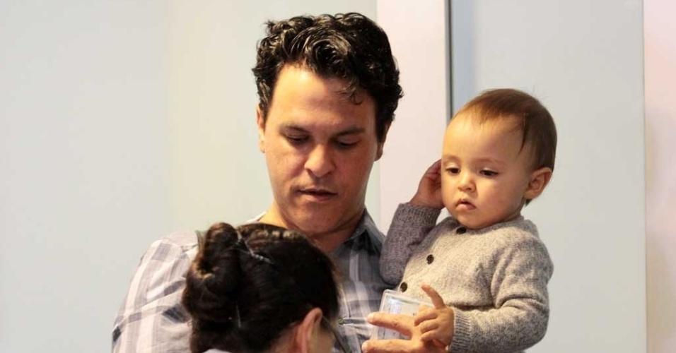 Marido de Eliana viaja com o filho de 11 meses (27/7/12)