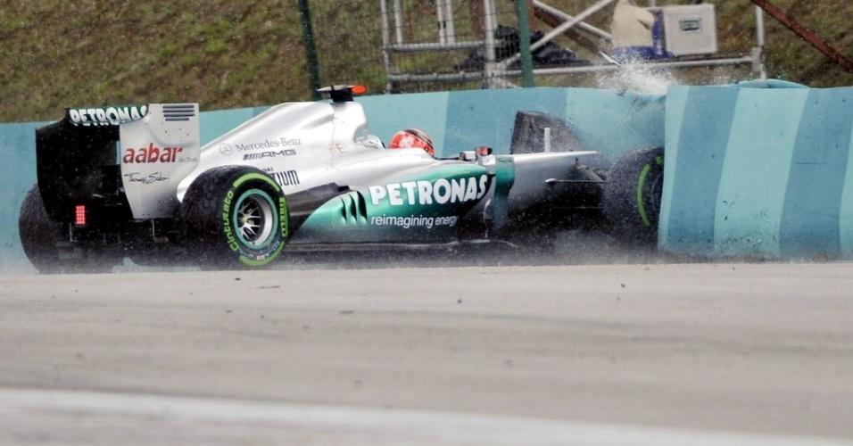 Michael Schumacher bate o carro em treino na Hungria