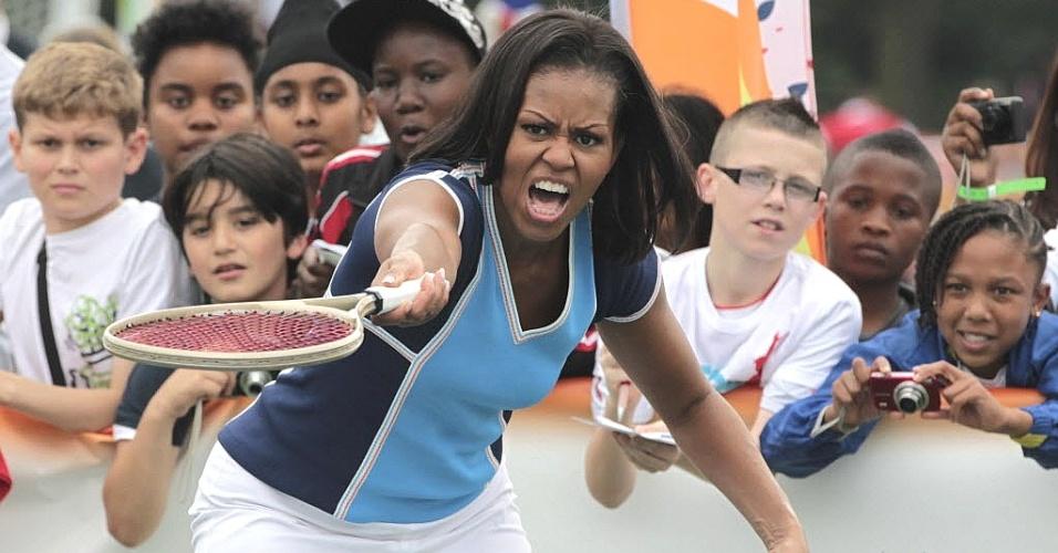 Michelle Obama faz careta ao tentar jogar tênis em um evento nesta sexta (27), dia da abertura dos Jogos Olímpicos. A primeira dama dos EUA foi à embaixada do país e praticou esporte ao lado de crianças