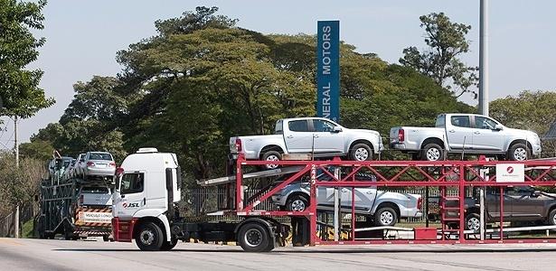 Modelos S10 (à frente) e Classic saem em caminhões da fábrica da GM em São José dos Campos (SP)