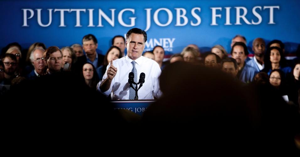 """O republicano Mitt Romney discursa em evento de campanha na Virgínia, no dia 27 de junho. Atrás, mensagem da campanha do candidato: """"Colocando os Empregos em Primeiro Lugar"""""""