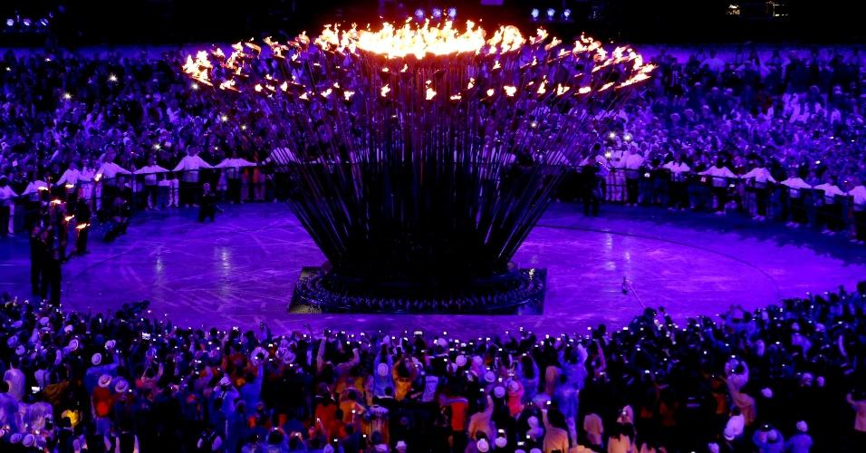 Pira Olímpica acesa no centro do Estádio Olímpico de Londres