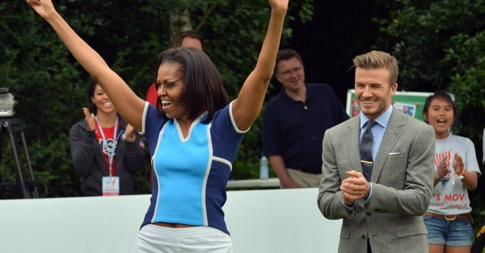 Primeira-dama norte-americana Michelle Obama chuta para o gol observada por David Beckham