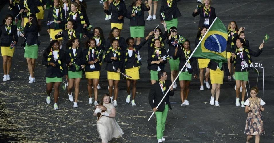 Rodrigo Pessoa, porta-bandeira do Brasil, lidera delegação do país no desfile na Cerimônia de Abertura