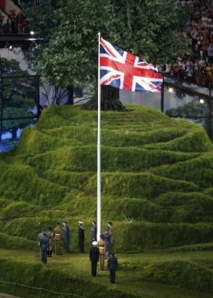 Soldados realizam hasteamento da bandeiro do Reino Unido durante cerimônia de abertura das Olimpíadas