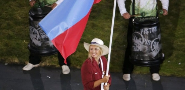 Tenista Maria Sharapova carrega bandeira da Rssia durante desfile de delegaes na cerimnia de abertura