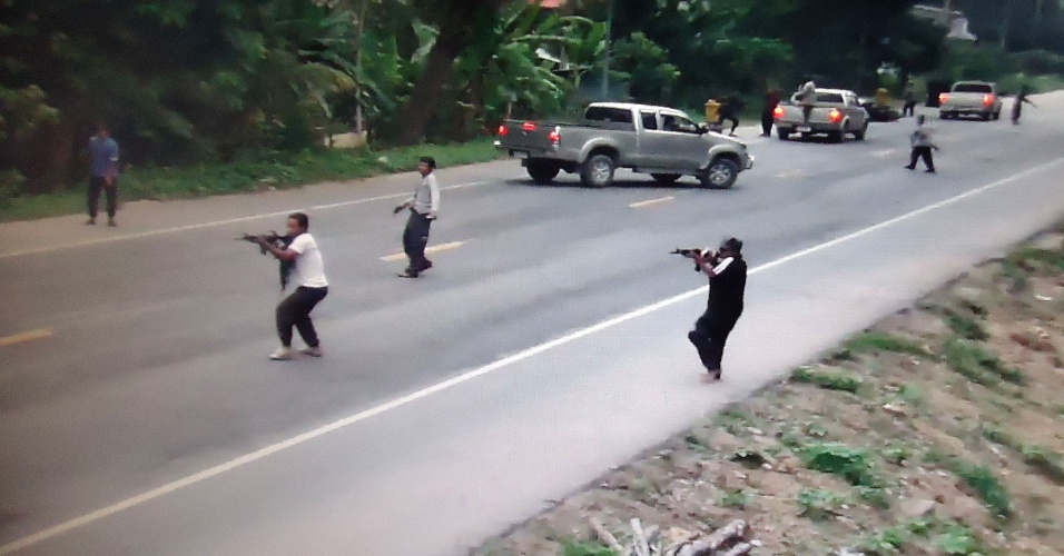 28.jul.2012 - Imagem de v&#237;deo divulgado pela pol&#237;cia tailandesa mostra a&#231;&#227;o de militantes separatistas, suspeitos de atirar contra soldados neste s&#225;bado (28), em Pattani.