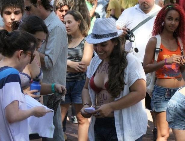 28.jul.2012 - Mulheres percorrem ruas de São José do Rio Preto, interior de São Paulo, neste sábado (28) na Marcha das Vadias. A manifestação pretende chamar atenção ao assédio e violência psicológica sofridas pelas mulheres