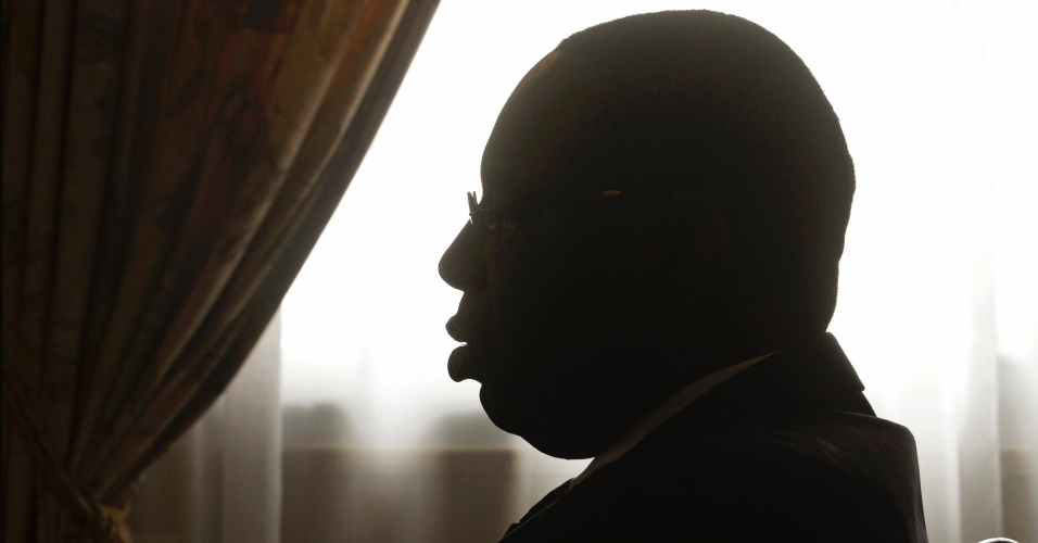 28.jul.2012 - Presidente do Senegal, Macky Sall, participa de uma reuni&#227;o com o chanceler da Fran&#231;a, o ministro Laurent Fabius, no pal&#225;cio presidencial em Dacar (Senegal) neste s&#225;bado (28) julho 2012