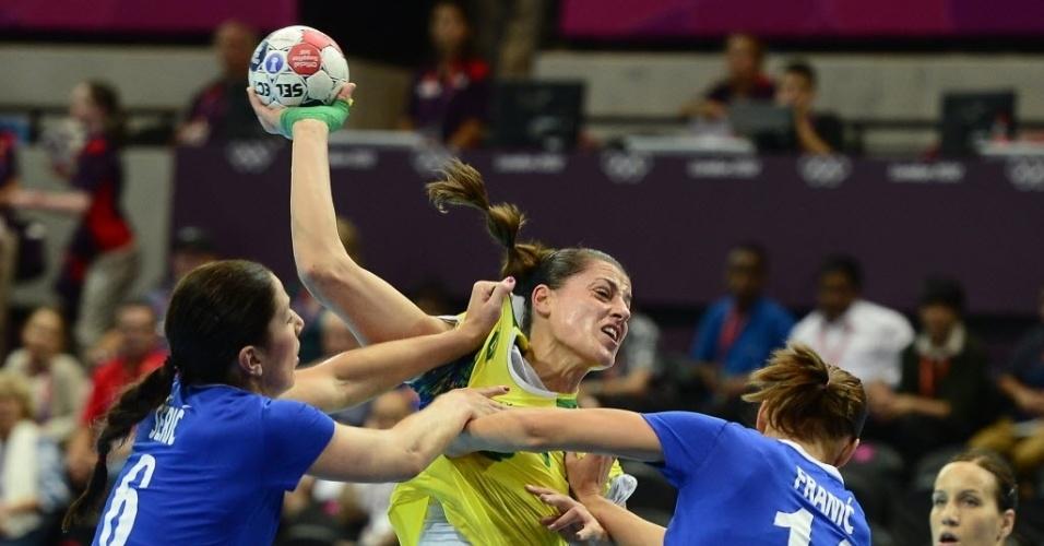 A brasileira Duda Amorim sofre com a marcação das rivais croatas