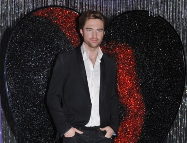 A est&#225;tua de Robert Pattinson no museu Madame Tussauds em Hollywood ganha um cora&#231;&#227;o quebrado, ap&#243;s Kristen Stewart admitir que traiu o ator com o diretor do filme &#34;Branca de Neve e o Ca&#231;ador&#34;. O ator saiu do apartamento em que morava com a atriz (28/7/12)