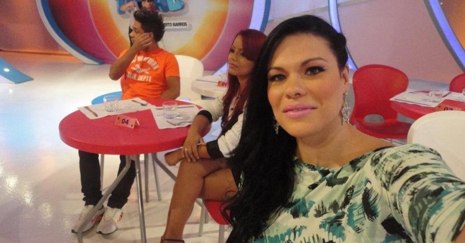 """A ex-BBB Joseane Oliveira postou neste sábado (28) no Facebook uma foto dos bastidores do programa """"Sábado Total""""."""