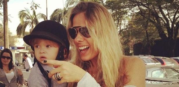 Adriane Galisteu publica foto com o filho, Vittorio, usando um casquete, capacete usado na equitação.