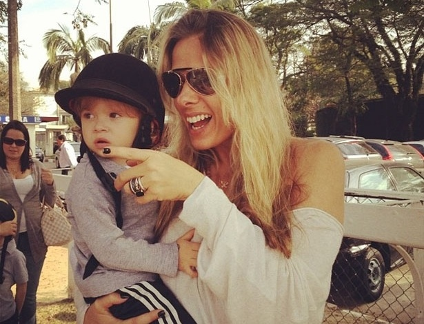 Adriane Galisteu publica foto com o filho, Vittorio, usando um casquete, capacete usado na equita&#231;&#227;o. &#34;Dia de pocot&#243;....&#34;, escreveu a apresentadora (28/7/12)