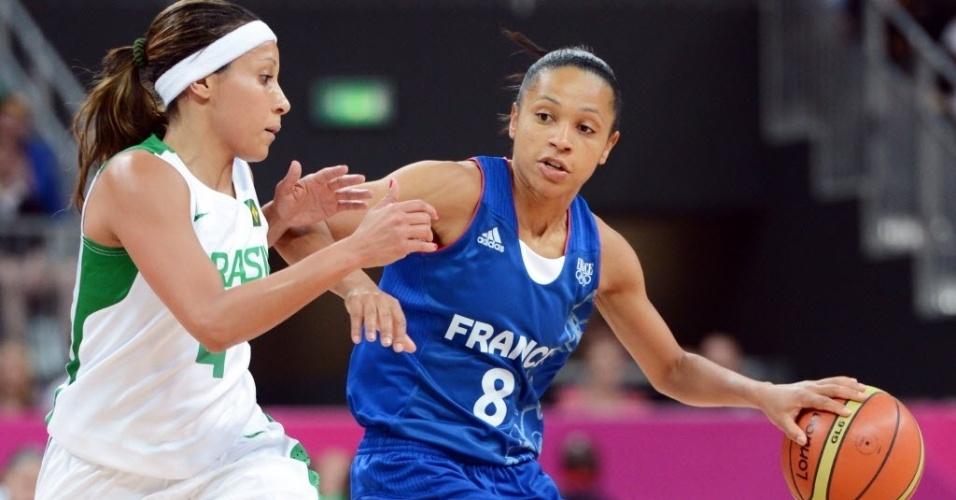Adrianinha, armadora da seleção de basquete, exerce a marcação sobre Edwige Lawson-Wade, da França