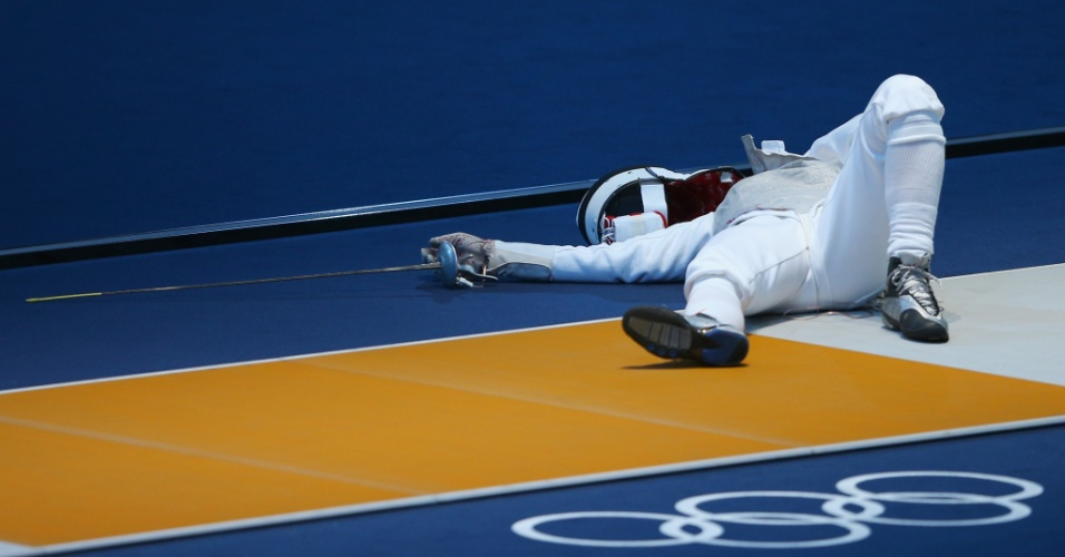 Alemã Carolin Golubytskyi fica caída no chão após ser atingida durante jogo de esgrima; a atleta recebeu atendimento médico (28/07/2012)