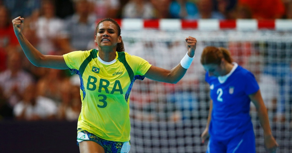 Alexandra Nascimento comemora gol brasileiro na estreia do handebol feminino contra a Cro&#225;cia