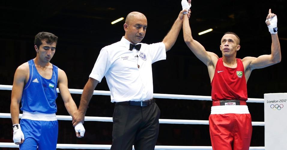 Boxeador brasileiro Robenilson Vieira de Jesus venceu Orzubek Shayimov, do Uzbequistão, na categoria até 56 kg