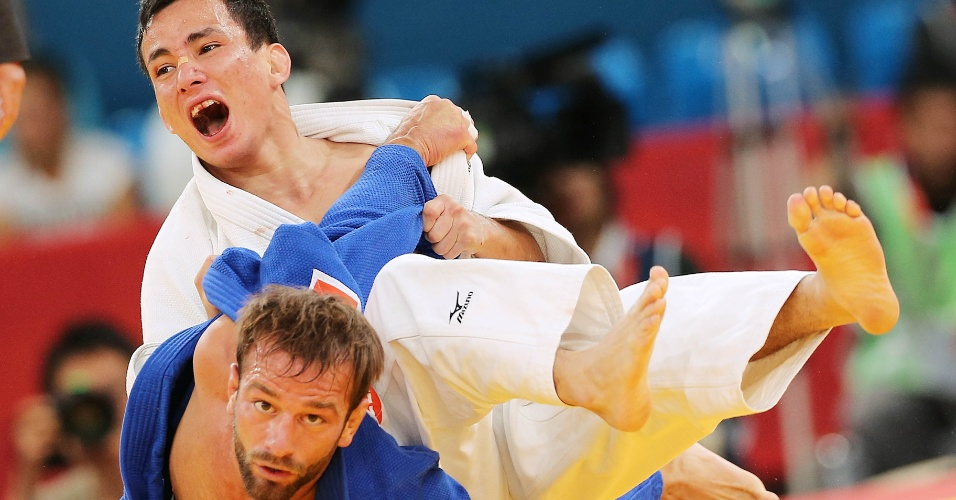 Brasileiro Felipe Kitadai aplica um golpe sobre judoca italiano e conquista medalha de bronze (28/07/2012)