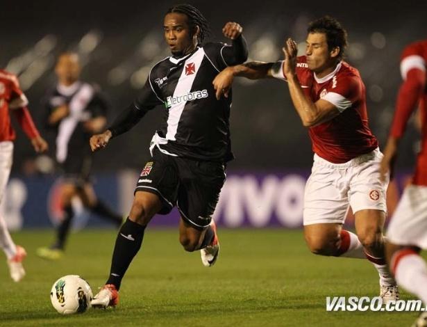 Carlos Alberto tenta passar pela marcação do Internacional no empate sem gols do Vasco, no Beira-Rio (28/07/2012)