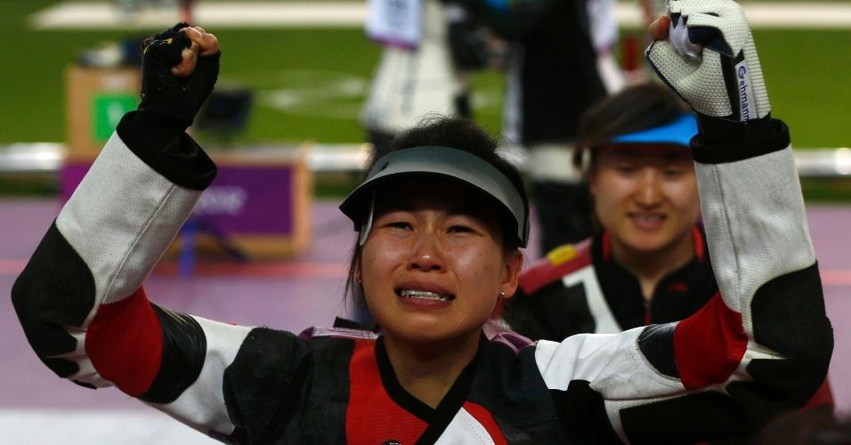 Chinesa Yi Siling chora após conquistar medalha de ouro no tiro esportivo de 10 m