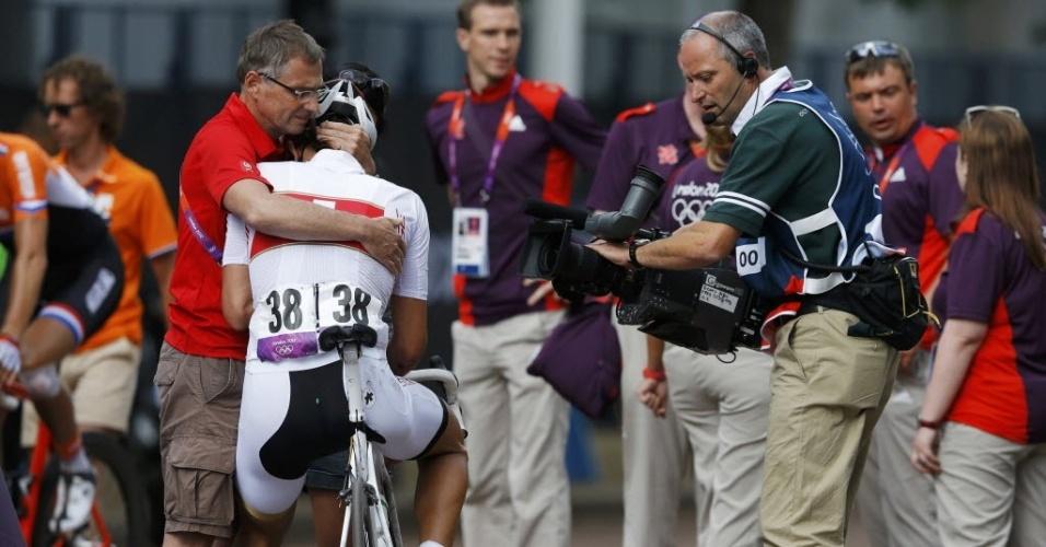 Ciclista suíço Fabian Cancellara, atual campeão olímpico, é consolado após sofrer queda e perder chances de medalha no sábado (28/07/2012)