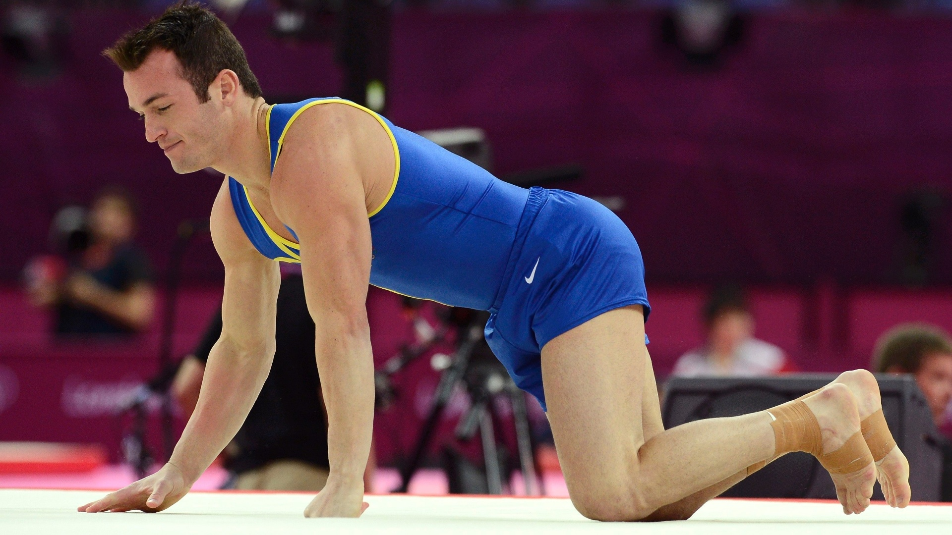 Diego Hypolito caiu ao fazer sua segunda acrobacia no solo nas eliminatórias da ginástica artística (28/07/2012)