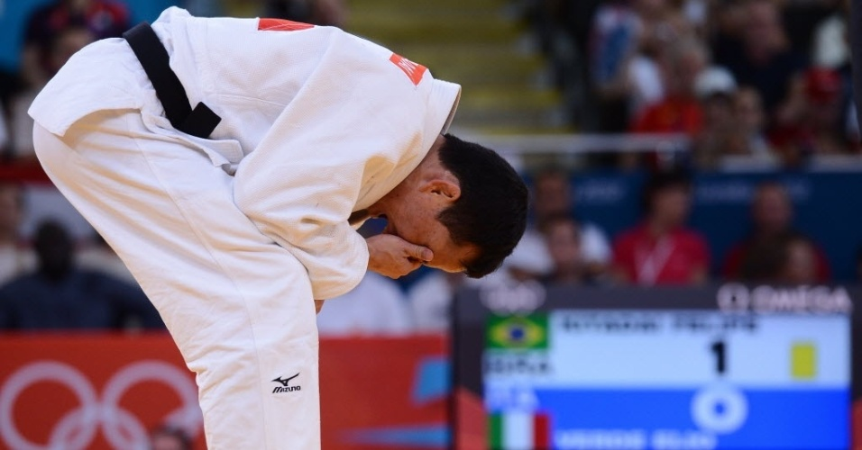 Felipe Kitadai chora ap&#243;s conquistar a medalha de bronze depois de vencer o italiano Elio Verde