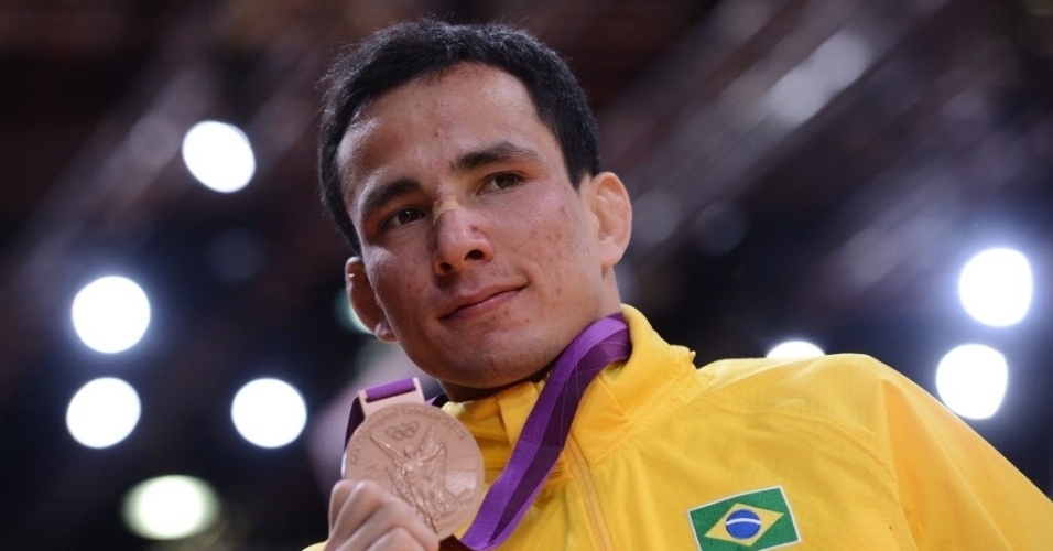 Felipe Kitadai exibe a medalha de bronze conquistada na Olimp&#237;ada de Londres