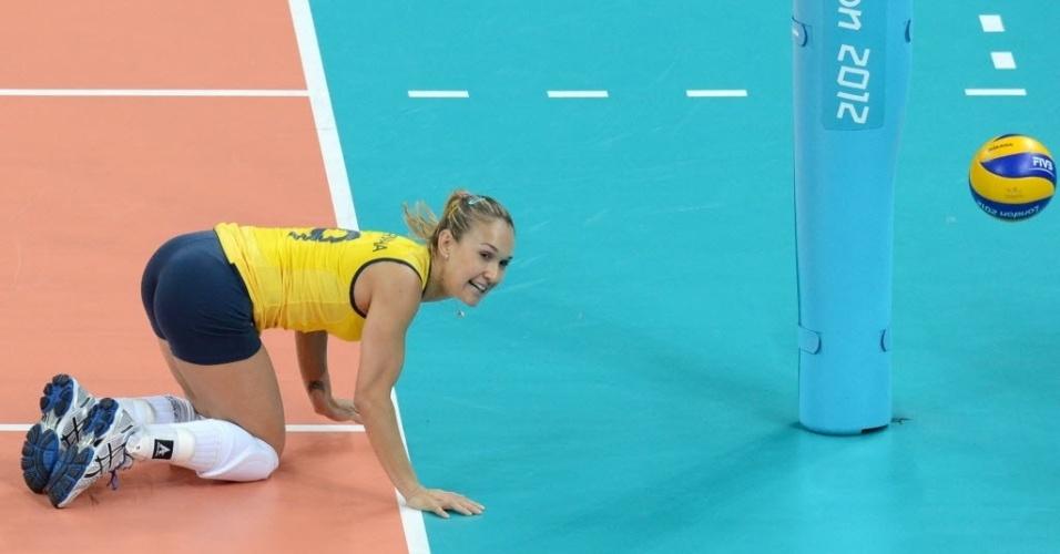 Fernandinha, levantadora da seleção de vôlei, fica de joelho na quadra durante o jogo com a Turquia