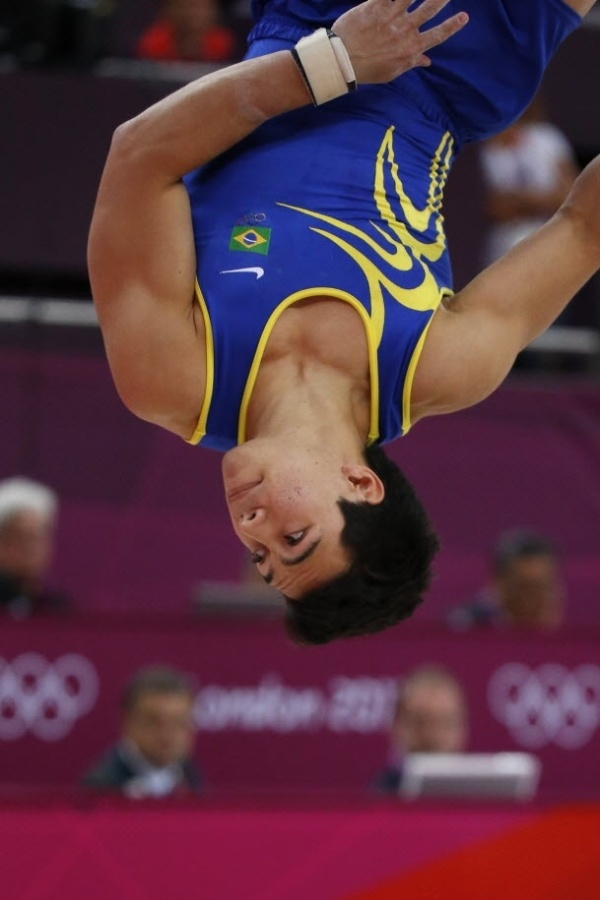 Ginsta brasileiro S&#233;rgio Sasaki compete na fase de classifica&#231;&#227;o do solo, em Londres