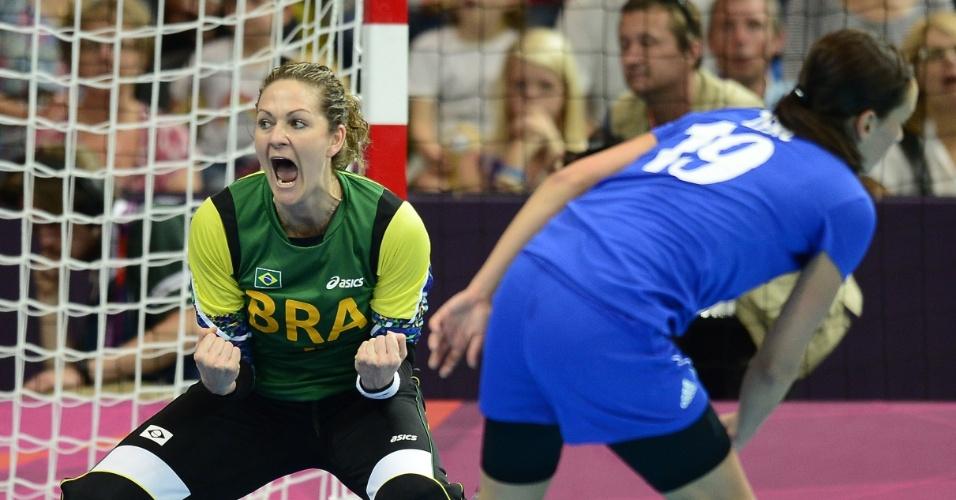 Goleira Chana vibra com defesa na primeira partida do Brasil na Olimpíada, contra a Croácia