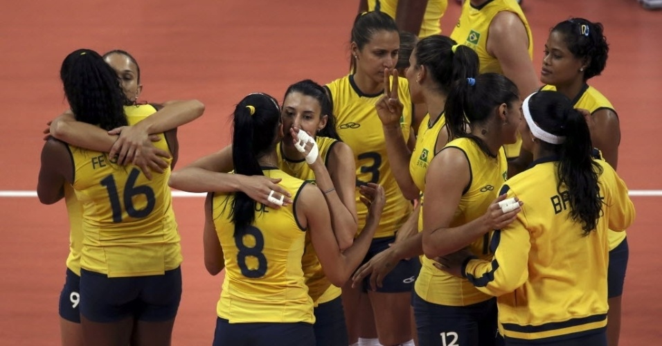 Jogadoras brasileiras comemoram a dif&#237;cil vit&#243;ria, por 3 sets a 2, sobre a Turquia, na estreia do time na Olimp&#237;ada
