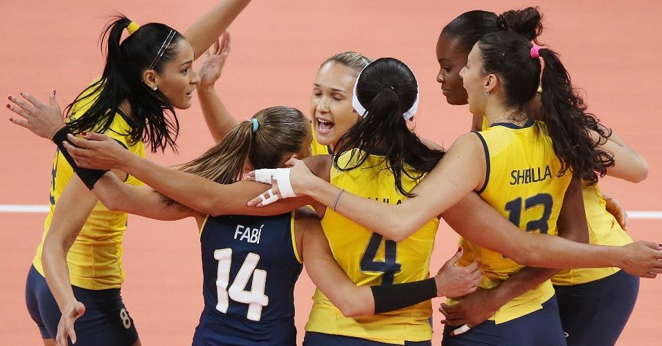 Jogadoras brasileiras de vôlei comemoram ponto durante a partida de estreia, contra a Turquia