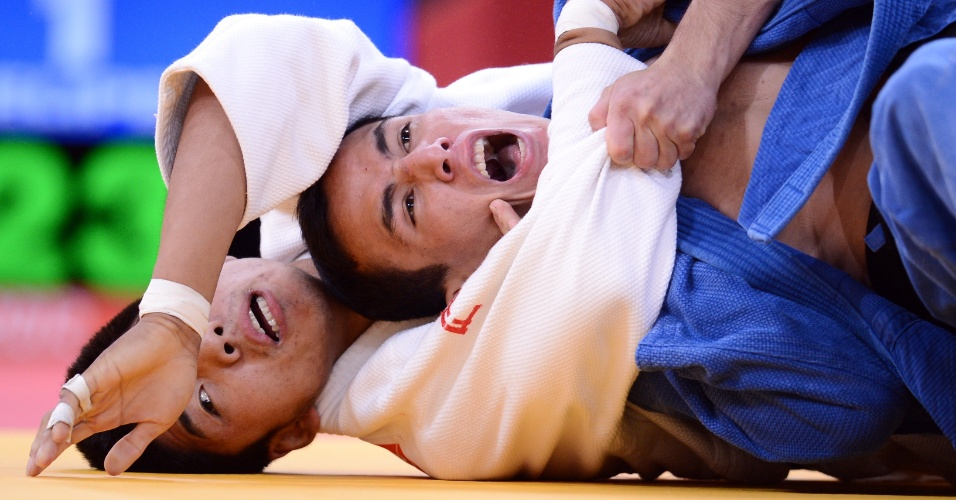 Judoca Felipe Kitadai, de azul, passou por Tumiurkhuleg Davaadorj, da Mongolia, em sua primeira luta na categoria at&#233; 60 kg