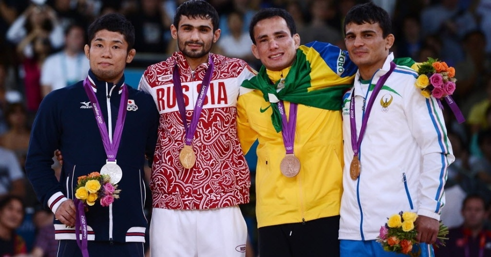 Judoca Felipe Kitadai exibe a medalha de bronze no p&#243;dio dos Jogos Ol&#237;mpicos de Londres