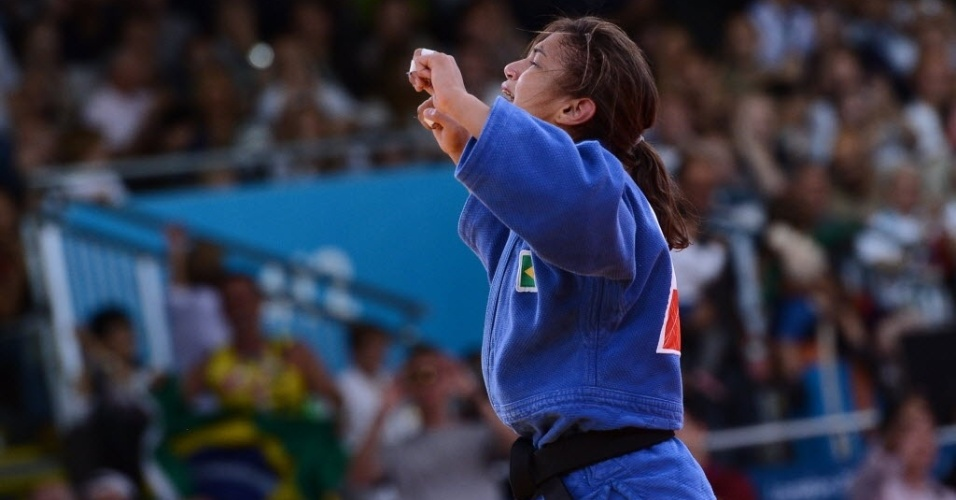 Judoca Sarah Menezes comemora a medalha de ouro conquistada ap&#243;s a vit&#243;ria sobre a romena Alina Dumitru